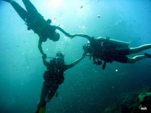 Trois jeunes plongeuses (Koh Lanta - Thaïlande)
