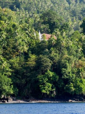 Une croix, signe de présence humaine (Nenung Islands)