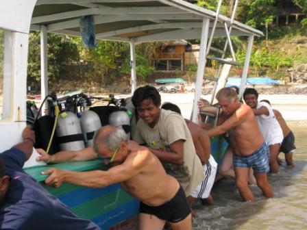 Grande marée, il faut dégager le bateau (Froggies, Bunaken)